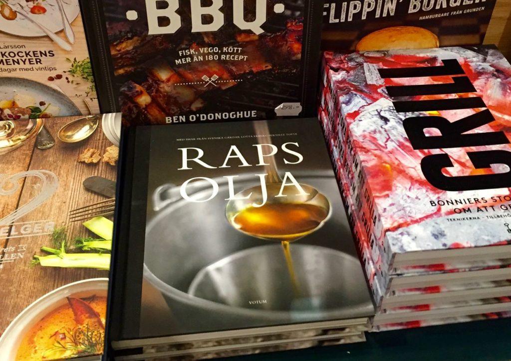 Boken säljs i bokhandeln och i nätbokhandeln. Här på NK i Stockholm.